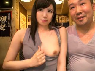 公共の場で乳首チャレンジ!